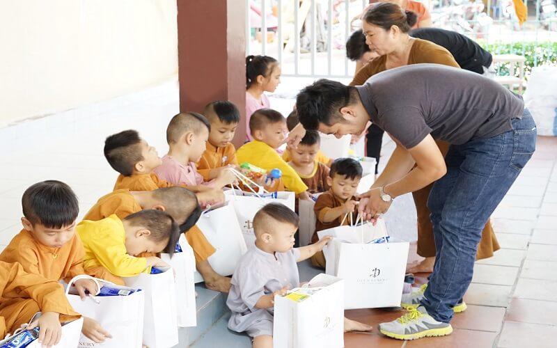 Những suất quà nhỏ mang đến niềm vui cho các bé.